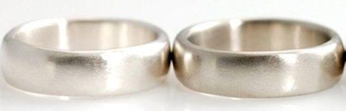 Одно кольцо золотое, другое из серебра. Попробуйте отличить!